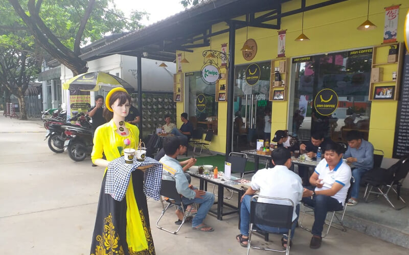 Cô ba robot quảng bá quán cafe